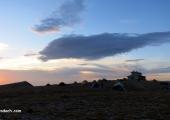 Палатковият лагер се събужда след ветровита нощ...