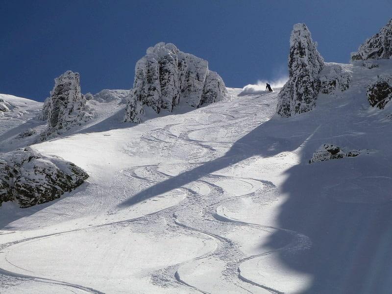 Skiing down the Nameless Peak next to Malyovitsa
