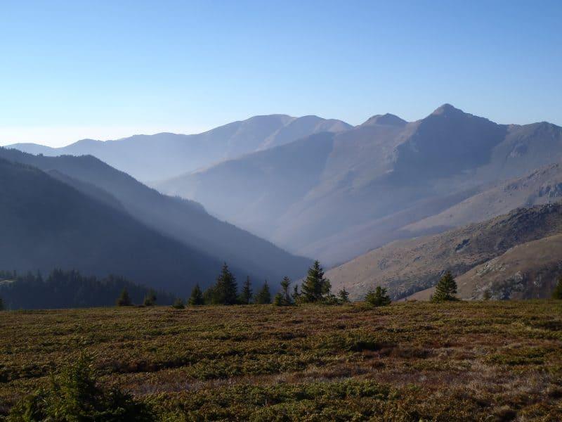 La cresta principal de la montaña - la travesía Dobrila-Botev en el Parque Nacional de los Balcanes Centrales
